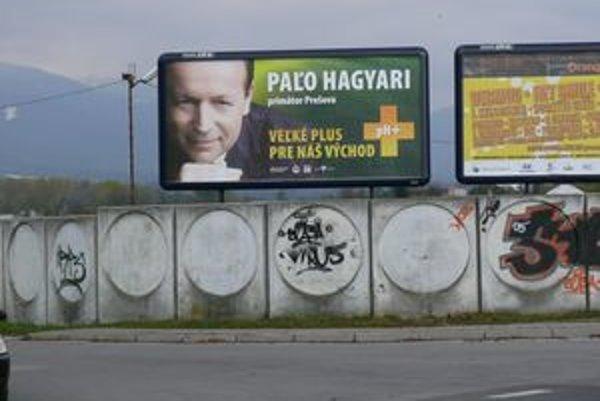 Zablúdený kandidát, či premyslený ťah? Bilbord kandidáta na predsedu Prešovského samosprávneho kraja sme videli aj v Sučanoch.
