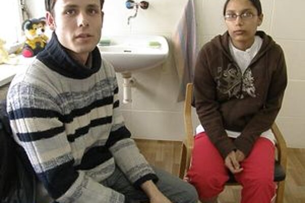 Dvojicu oddelili slovenské úrady - Mirka s dieťaťom skončila v martinskom detskom domove, kde ich Milan môže navštevovať dvakrát za týždeň. O dva týždne majú neplnoletú matku premiestniť do Prahy.