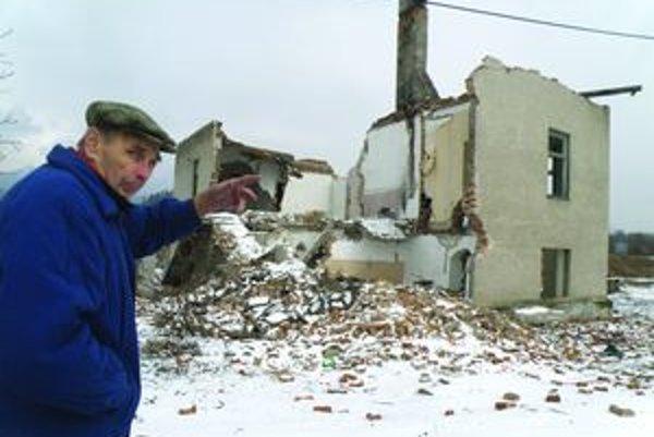 """Z bytovky je zrúcanina. """"Za dva týždne živly rozobrali drevenú strechu, vytrhali radiátory, pobrali tehly,"""" hovorí jej bývalý obyvateľ Jozef Zachar."""