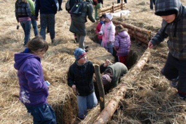 Deti sa po skončení ukážok boja vrhli na pole a hľadali nábojnice.