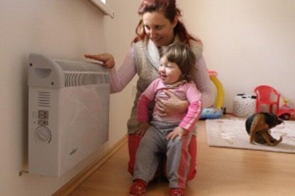 Marcela Lehotská. Ani na jar hrubý sveter neodložila, dieťa jej ochorelo. Konvektory byt nezvládajú vykúriť.