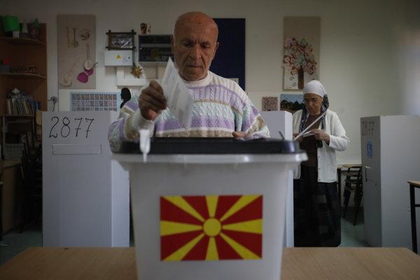 Macedónsky volič hlasuje počas referenda o novom názve Macedónska v Skopje.