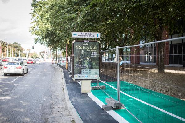 Chodník pre cyklistov už premaľovali tak, aby reklamné plochy nestáli v ceste.
