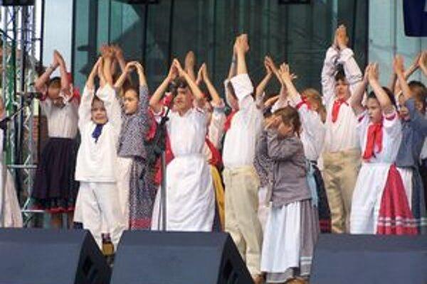 Programu v skanzene predchádzali dnes vystúpenia detí na Divadelnom námestí. DFS Turiec pri Juniorklube divákom ukázal, ako sa pečie chlieb.