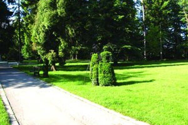 V parku sú postavy, ktoré sú dielami umeleckých kováčskych remeselníkov.