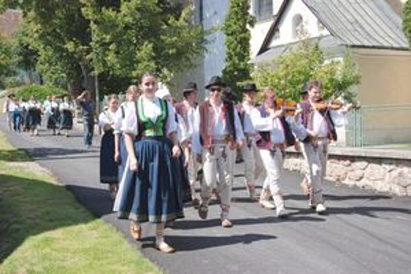 Oslavy sa začali sprievodom obcou.