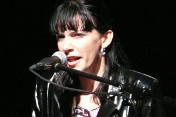 Dorota bez kapely. Nedávno sa jej rozpadla kapela a preto zaspievala len v sprievode kláves, na ktoré sama hrala.