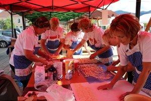 Ženy z Malinovej pripravovali šúľance s makom.