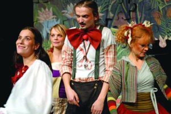 Lucia Jašková, Nadežda Jelušová, Dano Heriban a Eva Gašparová v martinskom predstavení Zvedavej rozprávky.