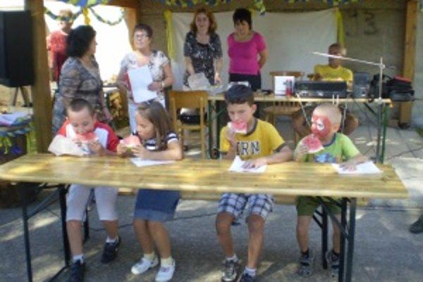 Deti si zasúťažili aj v jedení melónu. Zľava: Peter Ulrich ,Miriam Halková, Michal Keller , Dávid Frančák.