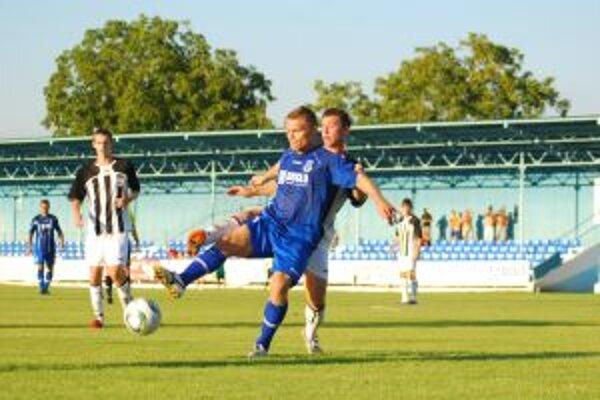 Púchovčania (v bielom) si zopakovali v Šali zápas z minulej sezóny, keď oba tímy hrali I. ligu.
