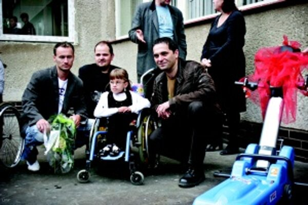 Handicapovaným deťom na základnej škole v Spišskej Novej Vsi špeciálne zariadenie prišiel odovzdať organizátor Miroslav Buľovský (vľavo), Marián Lechan i Ján Mečiar.