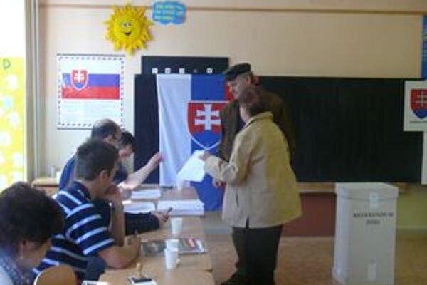 Členovia okrskových komisií zatiaľ nemajú veľa práce. V okrsku č. 16 v Martine - Košútoch sa do 11.15 hodine záčastnilo na referende ani nie osem percent oprávených hlasujúcich.