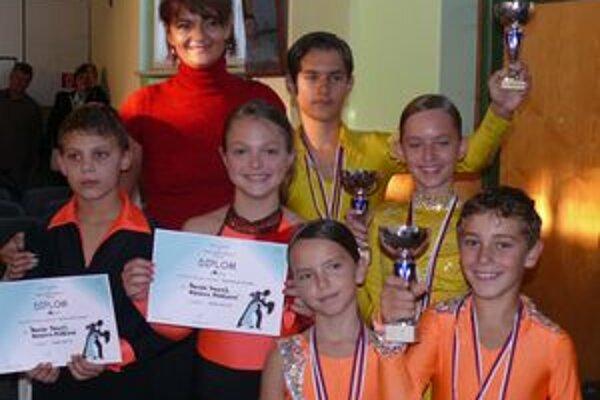 Tanečné páry Mlynár-Dókušová, Nezník-Húšťová a Biely-Baňácka spolu so svojou trénerkou Alenou Pisaríkovou.