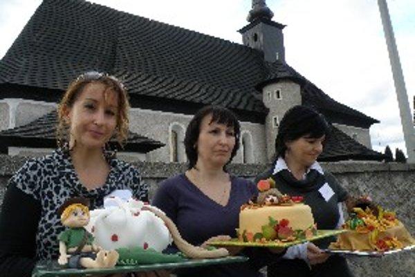 Víťazky v súťaži o najkrajšiu tortu. Porote sa páčili torty (zľava) Martinčaniek Gabiky Kováčikovej a Jarky Šimonovej a Dolnokubínčanky Moniky Kukucovej