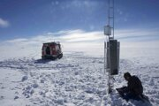 Výskumník kontroluje vedecké nástroje neďaleko stanice.