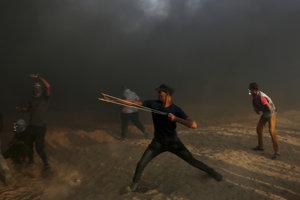 Palestínsky demonštrant na hraniciach s Izraelom.