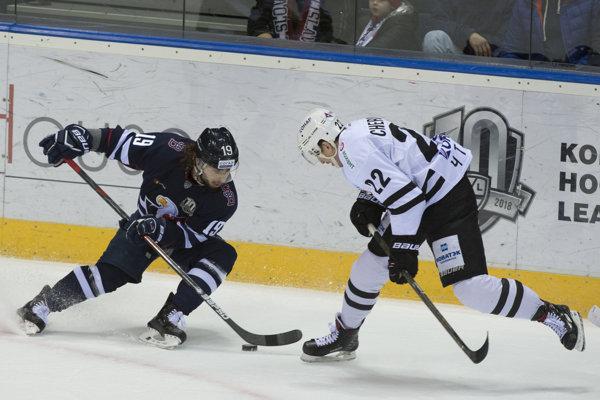 Eliezer Šerbatov (vľavo) bojuje o puk s Alexandrom Černikovom v zápase KHL Slovan Bratislava - Traktor Čeľabinsk.