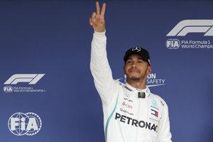Lewis Hamilton sa teší po víťazstve v kvalifikácii na Veľkú cenu Japonska.