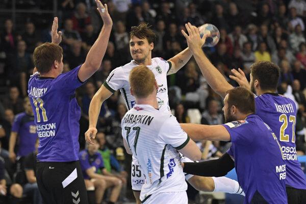 Na snímke s loptou spojka Bruno Butorac (Tatran Prešov), vľavo Pavel Andreev (Čechovskí Medvedi).