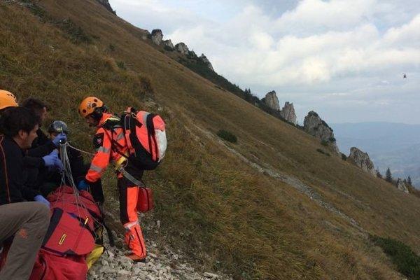 Zranenému mladíkovi pomáhali horskí záchranári.