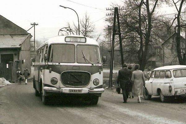 Áut bolo málo, ľudia využívali autobusovú dopravu.