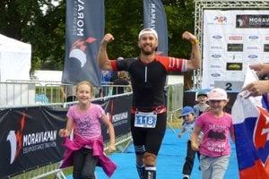 Posledné metre Ironamana s časom pod 10 hodín absolvoval Michal Chudý spoločne s dcérami Kristínkou a Barborkou.