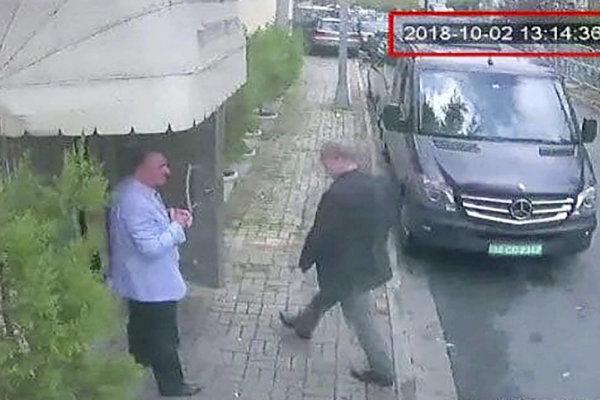 Na videosnímke, ktorú zverejnil turecký opozičný denník Hürriyet 9. októbra 2018 saudskoarabský novinár je Džamál Chášukdž pred vchodom saudskoarabského konzulátu v Istanbule.