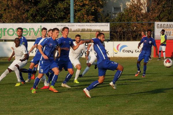 Futbalisti Nitry (v modrých dresoch) vyhrali vo Vydranoch 3:0.