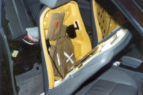 ÚCieľom bolo zadržanie dvoch Slovákov Ivana J. z Banskej Bystrice a Jozefa B. z okresu Považská Bystrica, ktorí sa zaoberali tranzitom a predajom drog. Špeciálne si upravili aj auto.