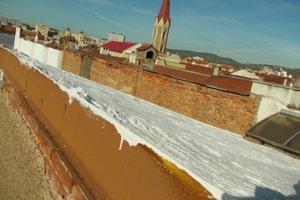 Krytinu na streche nahradil majiteľ izolačnou penou.