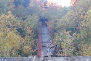 Zničený skokanský mostík na Králikoch.