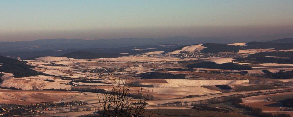 Celkový pohľad na východ z Lysej Stráže, na horizonte zasnežené poľské a ukrajinské Karpaty.