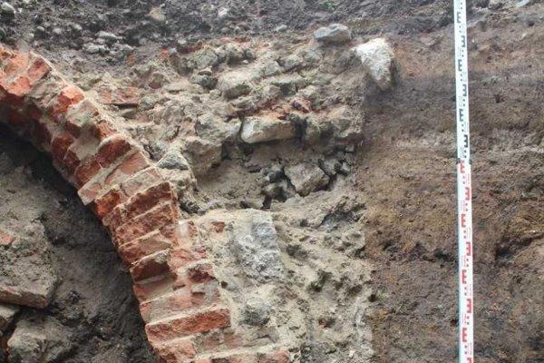 Tehly v klenbe pri hoteli Adstrum Laus v Leviciach archeológovi datovali do 17. - 18. storočia.