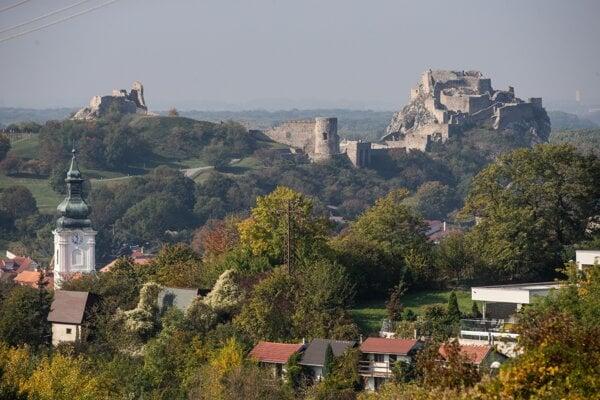 Pohľad na hrad Devín z ulice, na ktorej má svoje sídlo Alexej Beljajev či Patrik Tkáč.