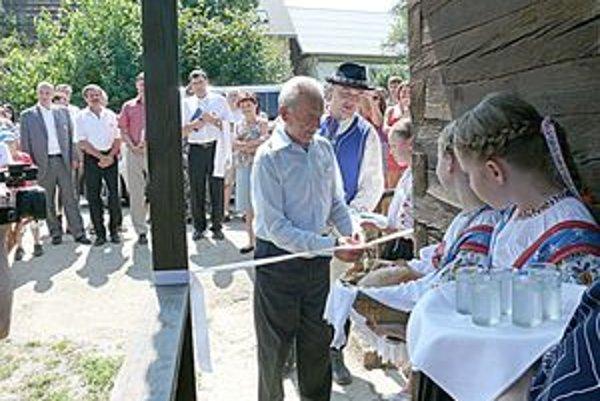 O prestrihnutie pásky  pri otváraní múzea sa postaral najstarší obyvateľ.