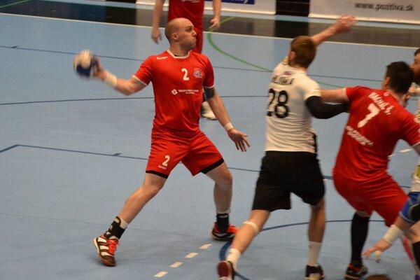 Považskobystričan Pupík (v červenom) dal svojim bývalým spoluhráčom z Topoľčian sedem gólov.