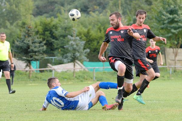 Futbalisti Tlmáč sa opäť prebojovali na čelo najvyššej okresnej súťaže.