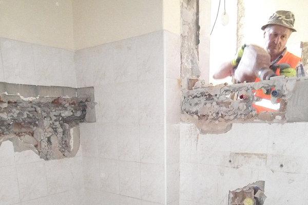 V trstenskej nemocnici začali pracovať stavbári.