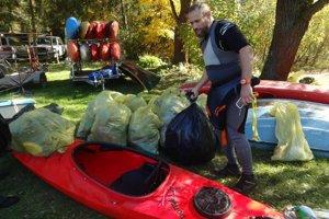 Vyzbieraný odpad z brehov Ružína.