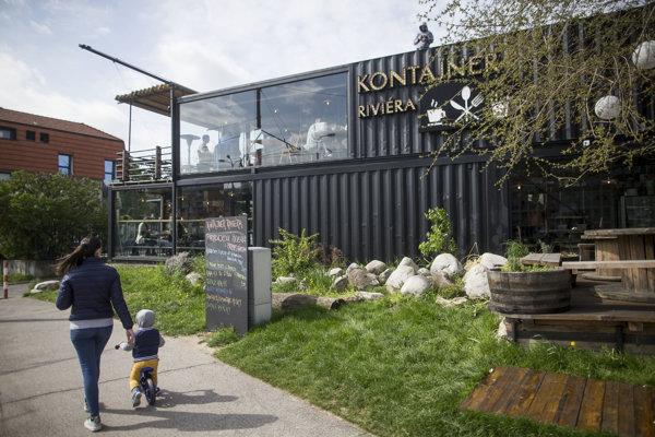 Kontajnerová kaviareň Riviéra v Karlovej Vsi nemá potrebné povolenia.