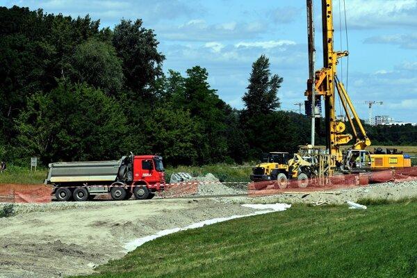 Podnety, ktoré upozorňujú na používanie nebezpečného stavebného materiálu pri výstavbe D4 a R7, sa týkajú údajného vývozu kontaminovanej zeminy z bratislavských Nív na úsek stavby v okolí Podunajských Biskupíc a Ivanky pri Dunaji.