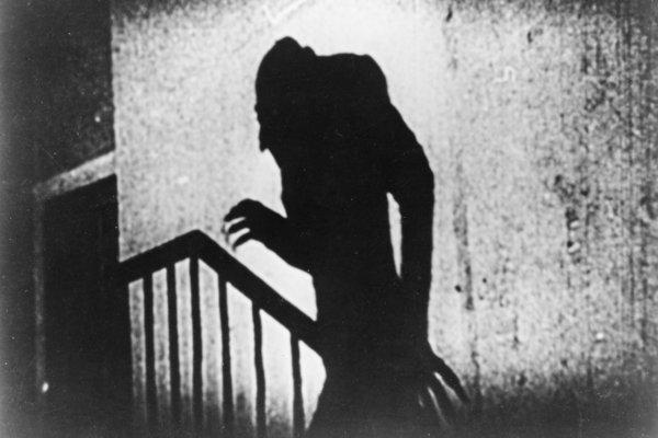 Nosferatu. Jeden z najslávnejších filmov, inšpirovaným Stokerovým Draculom, vznikol v roku 1922. Nakrútil ho F.W. Murnau.