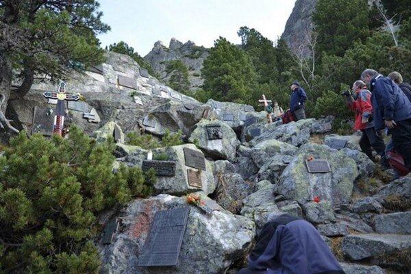 Momentálne sa pod Ostrvou nachádza 378 tabuliek, na ktorých je vygravírovaných 498 mien obetí hôr.