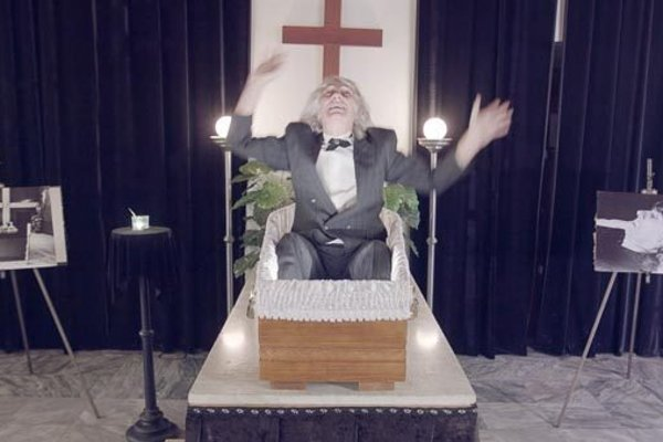 Počas filmovej premiéry ležal na pódiu v luxusnej rakve.