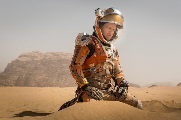 Matt Damon ako astronaut Mark Watney počas misie na Mars takmer zahynul v prašnej búrke. Zvyšok jeho posádky planétu opustil v domnení, že je mŕtvy. Ak chce prežiť, musí použiť všetky svoje technické znalosti a dôvtip. A navyše vyslať signál na Zem, že žije. Vpravo jedna z dôležitých scén, ako sa na Marse pokúša pestovať zemiaky.