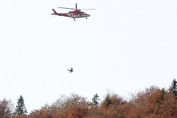 Záchrana turistky pomocou vrtuľníka.