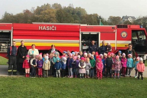 Spoločná snímka pred hasičským autom.