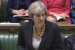Premiérka Theresa Mayová čelila tlaku opozície.