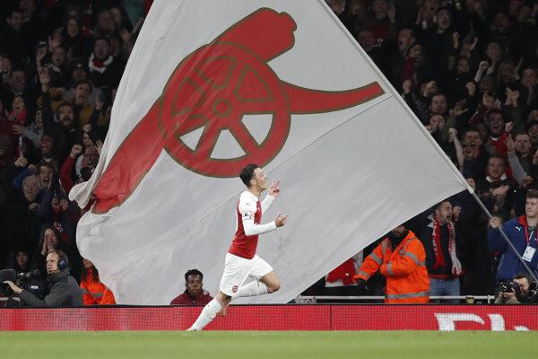 Mesut Özil oslavuje gól do siete Leicesteru.
